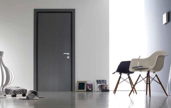 Серые двери в сочетании с серым полом