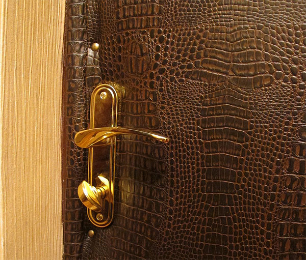 Дверь с обивкой из дермантина