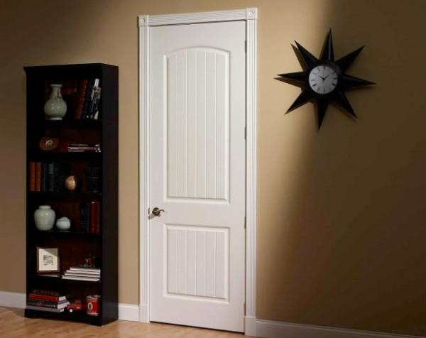 Окрашенная дверь в интерьере