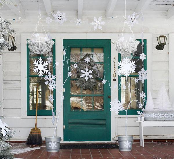 Новогодний декор двери бумажными снежинками