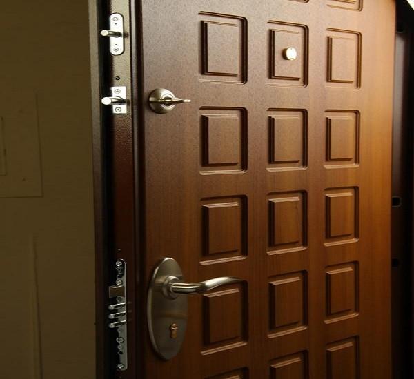 Хорошая входня дверь характеризуется высококачественным запорным механизмом