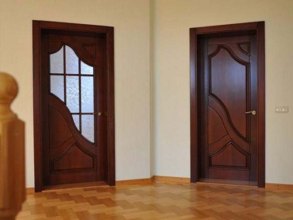 Традиционно двери красят в цвета натурального дерева