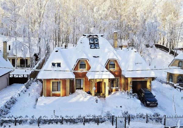 Входная дверь в частном доме сильнее всего подвержена промерзанию