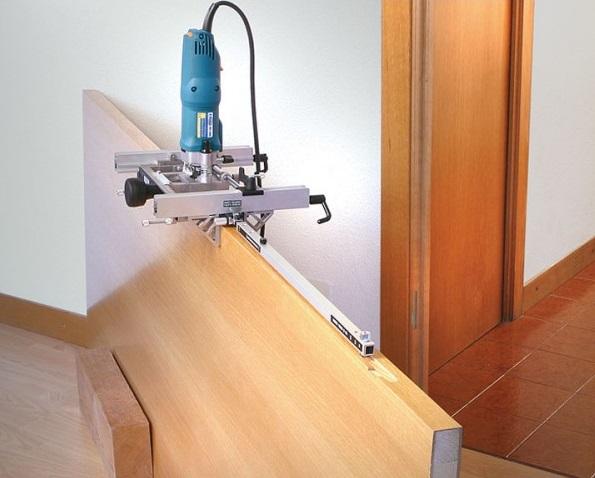 Вырезание углубления для замка ручным фрезером