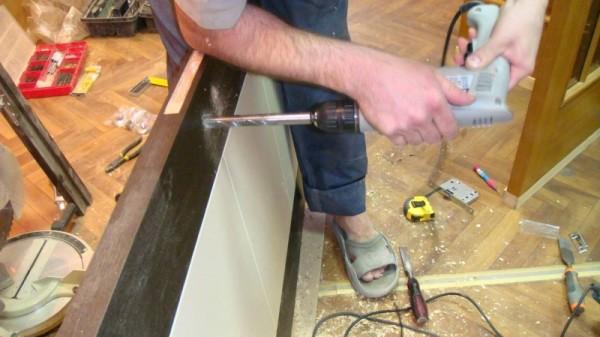 При врезке обычного замка придется полнить 2 отверстия - для замочной скважины и ручки
