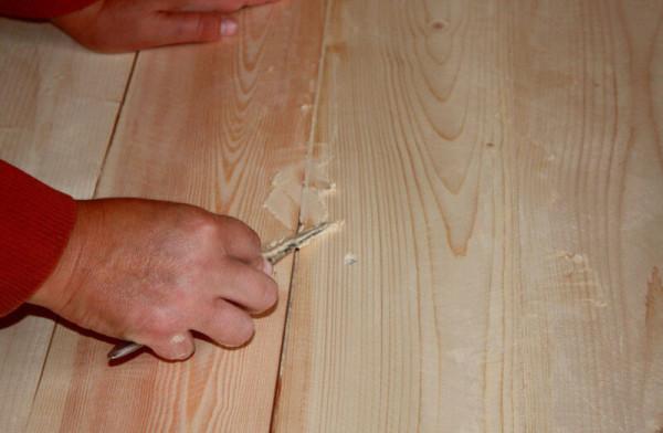 Заделывание трещин деревянной двери