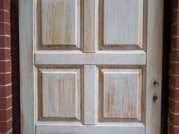 Старые деревянные двери требующие ремонта
