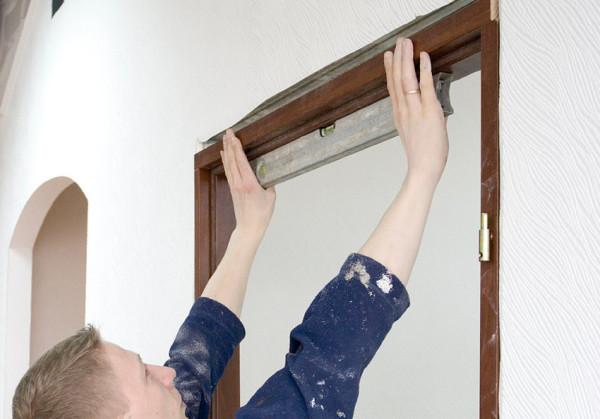 Выставляем уровень дверной коробки
