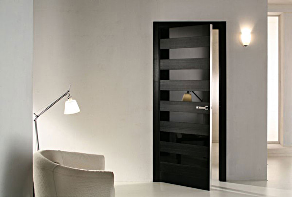 Черные двери в помещении