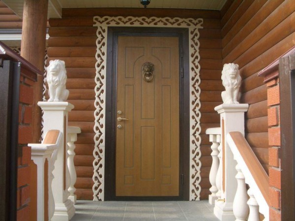 Металлическая входная дверь в деревянном доме