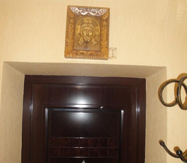 Образы святынь над дверным проемом