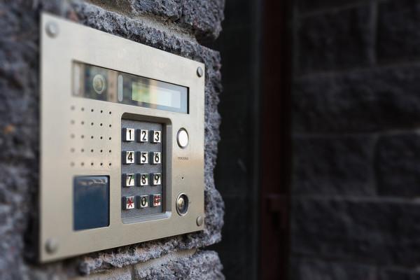 Дверь с домофоном