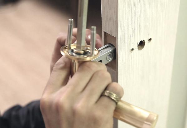 Снятие ручки межкомнатной двери