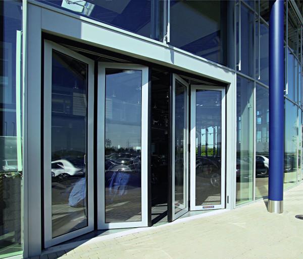 Алюминиевые двери в общественных зданиях