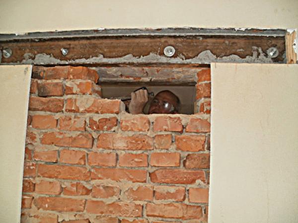 Закрепление швеллера в кирпичной стене