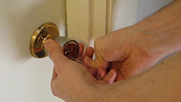 Открытие двери отмычкой