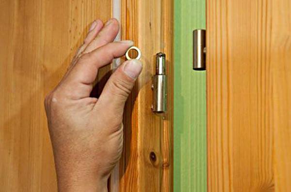 Снятие дверного полотна с петель