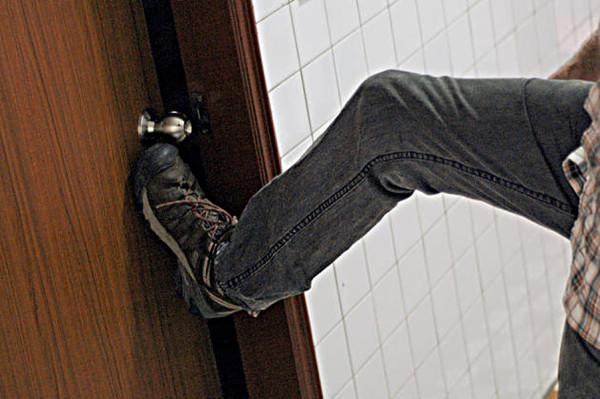 Выбивание захлопнувшейся двери