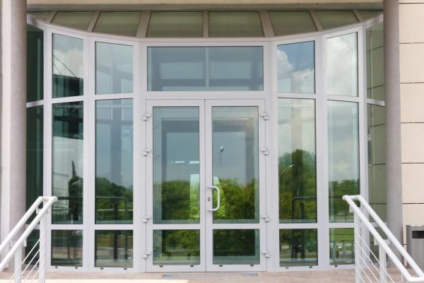 Полностью остекленные алюминиевые двери