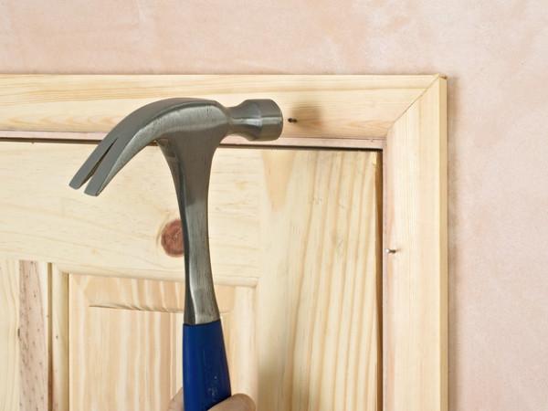 Крепление дверных наличников