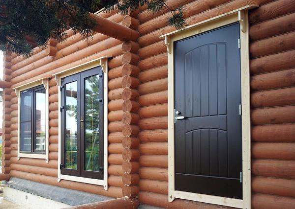 Металлические двери в деревянном доме