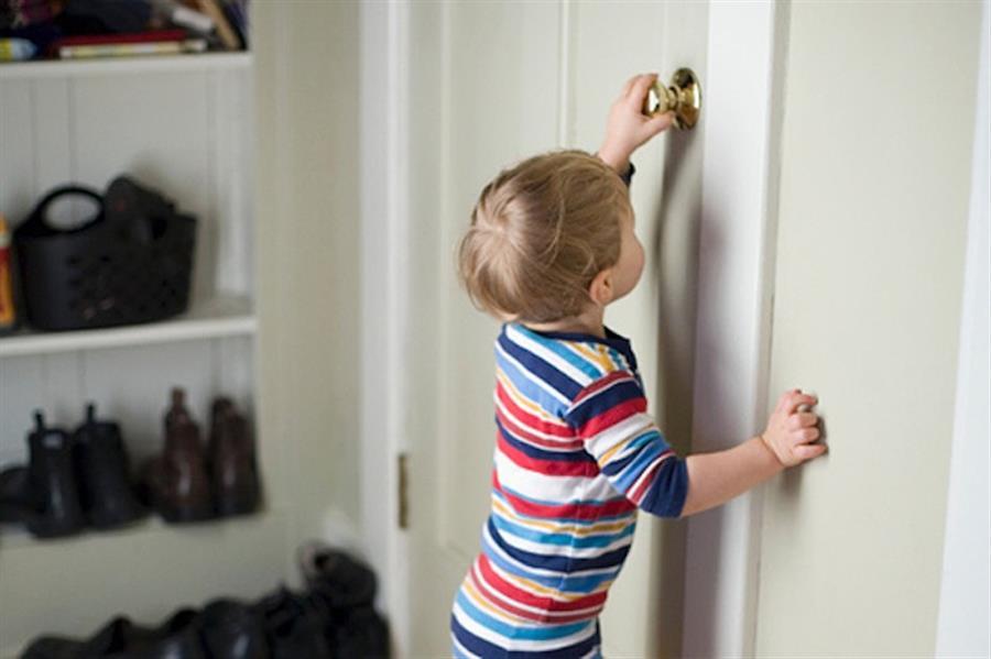 Незнакомец дергает дверную ручку