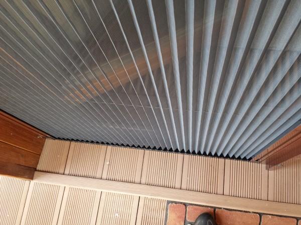 Одностворчатая дверь-гармошка с москитной сеткой