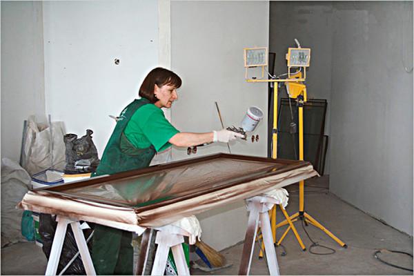 Нанесение лака на поверхность полотна