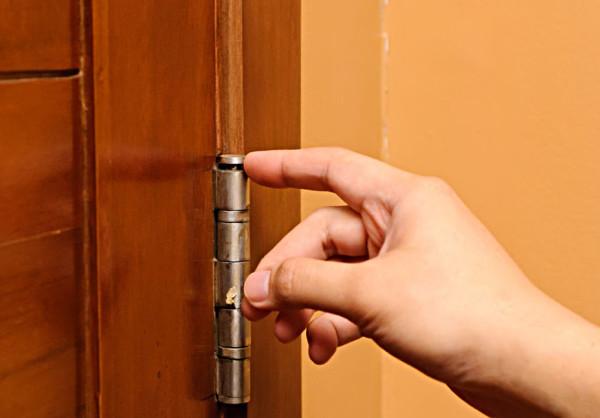 Изношенные дверные петли