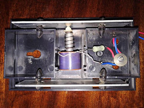 Внутреннее устройство проводного дверного звонка