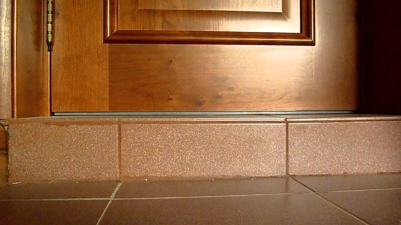 Как сделать порог входной двери: особенности установки.