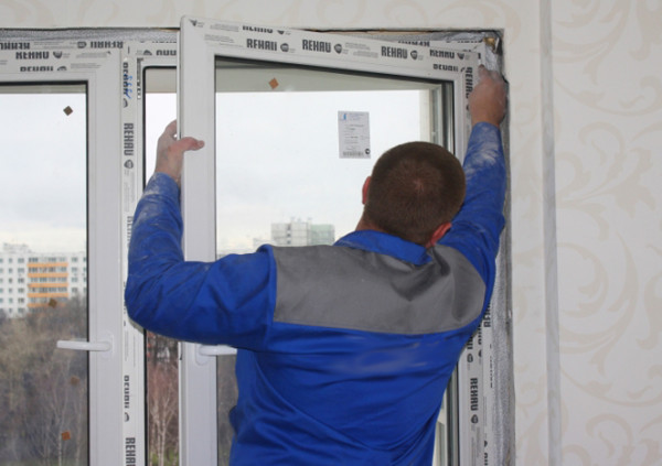 Снятие пластиковой двери с петель
