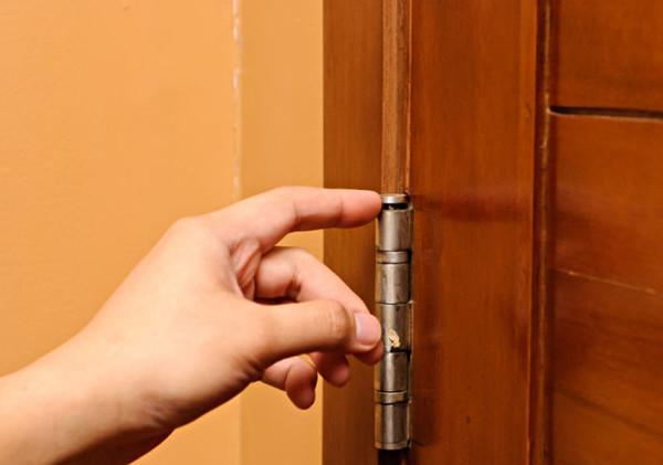 Снятие двери с карточных петель