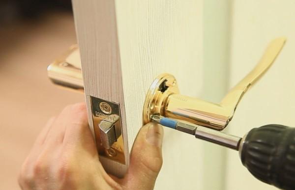 Ремонт дверных ручек межкомнатных дверей