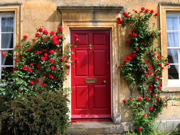 Красная входная дверь с юга