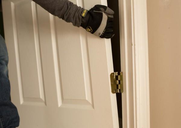 Снятие двери с петель