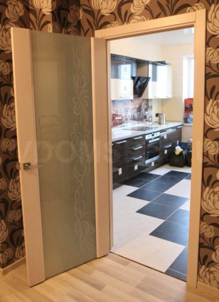 Шпонированная дверь со стеклом триплекс
