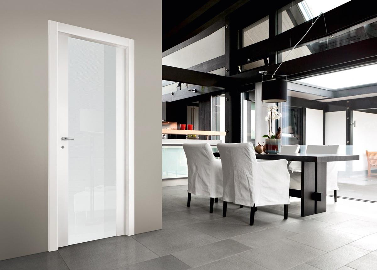 белая дверь в обеденной